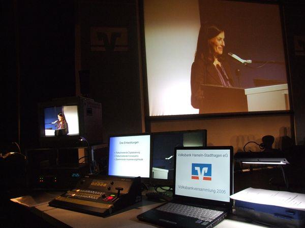 Im Regieraum einer Podiumsveranstaltung